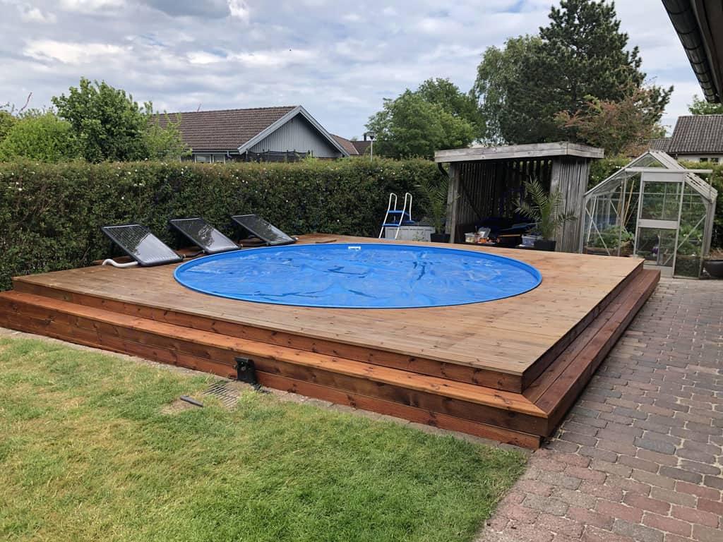 Picture of: Swimmingpool Delvist Nedgravet Pool Med Terrasse Tagdaek Pa Budget Bolex Dk